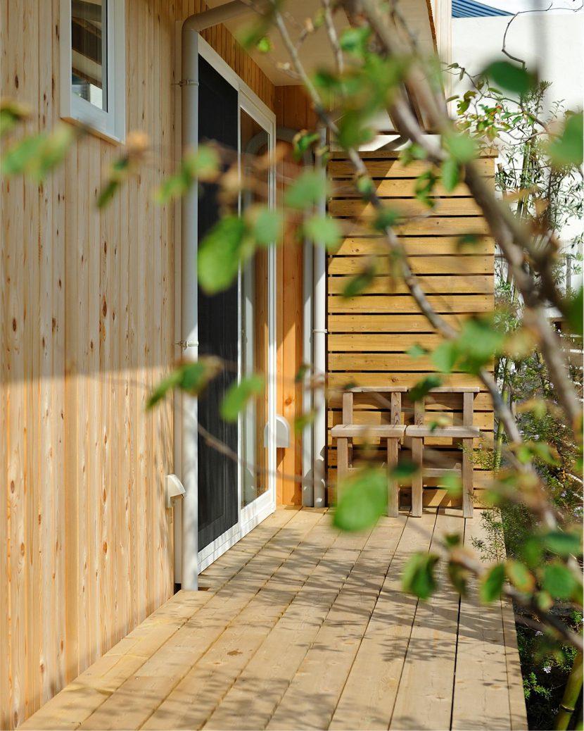 陽光浴びるレッドシダーの家